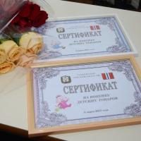 Губернатор Омской области вручил сертификаты женщинам, родившим 8 марта