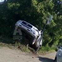 Тойота застряла на колодце в Омске