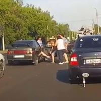 Полуголая драка на дороге в Омске попала на видео