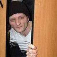 В Омской области 59-летний мужчина украл из шкафа у родственницы мужской костюм