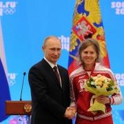Владимир Путин наградил омских спортсменок медалями