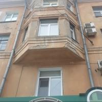 На проспекте Мира в Омске на прохожих падает штукатурка