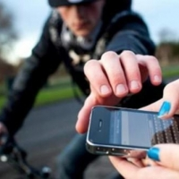 На жителя Омской области напал односельчанин и отнял телефон