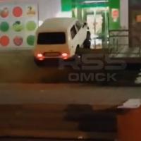 Полицию заинтересовало видео, где «Нива» заехала на высокие ступеньки магазина в Омске
