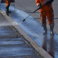 В Омске за сутки вымыли 510 тысяч квадратных метров дорог и тротуаров