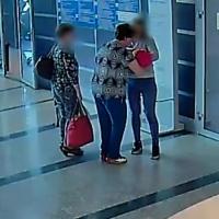 На видео в Омском аэропорту попал момент «дарения» новорожденного учительнице из Питера