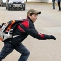 «Беги или умри»: омский школьник, бегавший между машинами на проспекте Мира, попал на видео