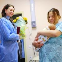 Фадина поздравила маму первой новорожденной омички в 2018 году
