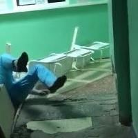 Медик из омского травмпункта рухнула на пол перед посетителями