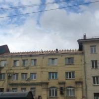 Омичи увидели опасность в торчащих с крыши досках