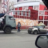 Омичи в соцсетях: самосвал забодал «букашку бедную» на Фрунзе