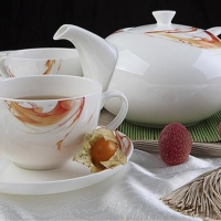 Молодоженов Омска, вступивших в брак в День города, одарили чайными сервизами