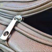 Молодая омичка украла деньги, цепочку и браслет из сумки