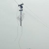 Омичи обсуждают поднявшийся в небо электростолб