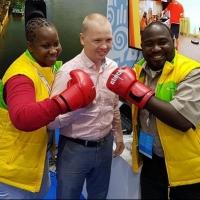 Омскому боксеру Тищенко подарили рубашку из Зимбабве