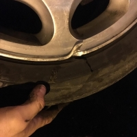В Омске на Фрунзенском мосту несколько автомобилей повредили колеса