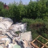 Омские приставы помогли пенсионерке убрать трехметровую кучу мусора в ее дворе