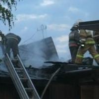 Более 20 спасателей тушили частный дом в центре Омска