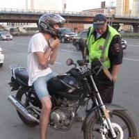 В Омске задержали пьяного байкера без прав