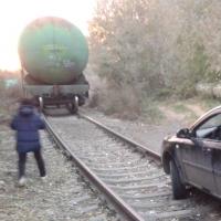 Пьяные омичи на автомобиле решили прокатиться по рельсам