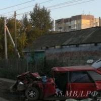 В Омске водитель ВАЗа, выехавший на встречку, врезался в фуру и погиб