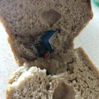 Омич нашел в булке хлеба зажигалку