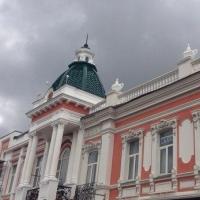 Отреставрированные фасады зданий на Любинском проспекте в Омске «поплыли» от дождя