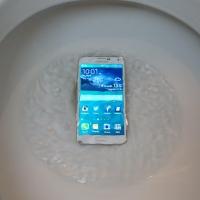 В Омске Росгосстрах отказался платить за утопленный в унитазе смартфон