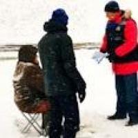 Омские спасатели прогнали со льда группу рыбаков