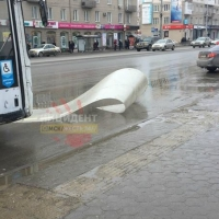 В центре Омска остановка не выдержала сильного ветра