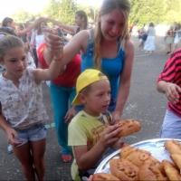 В День города омичей угощали 301 кулебякой
