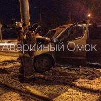 В Омске машину занесло в столб
