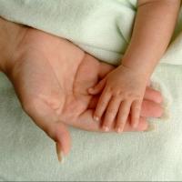 Омичка решила отдать своего ребенка другой женщине, не имея возможности растить малышку