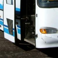 Омичке прищемили ногу в автобусе, и она упала с ребенком на руках