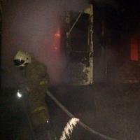 Ночью на Левобережье Омска пожарные час тушили частный дом