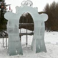 В Омске появилась работающая свадебная арка изо льда