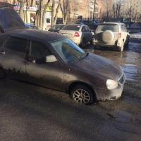 В центре Омска автомобиль ушел под асфальт