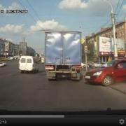 """В интернете набирает популярность видеоролик с омской """"stupid woman car"""""""
