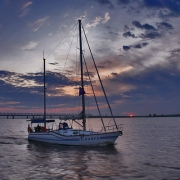 Омские экологи исследуют берег Иртыша на яхте