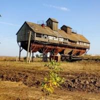 В Омской области 53-летний сварщик погиб, упав с крыши