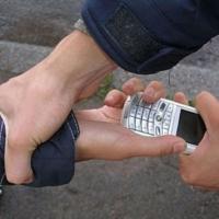 Омич отбирал у прохожих на Краснознаменной мобильные телефоны