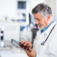 В Омской области всем врачам скорой помощи подарят планшеты
