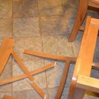 В Омске мужчина устроил дебош в кафе и запустил в женщину стулом