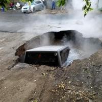 В центре Омска джип провалился под асфальт