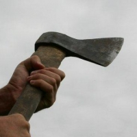 Омич взялся за нож, топор и спички, угрожая бывшей сожительнице