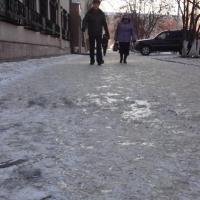 Омичке, поскользнувшейся у магазина, выплатят 104 тысячи рублей
