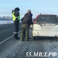 Полицейские всемерно помогли замерзающему водителю на омской трассе