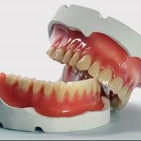 Из-за протезов пенсионерка требует у стоматологов 353 тысячи рублей