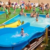 Омский аквапарк выплатит девочке, на которую рухнул пьяный мужчина, 160 тыс. рублей