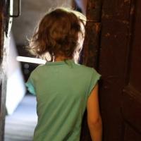 В Омске по улице ходила раздетая 5-летняя девочка с алкоголем в крови